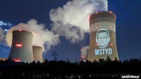 Aktywiści Greenpeace wyświetlają twarz Mateusza Morawieckiego na kominie elektrowni w Bełchatowie.