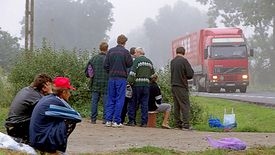 Bezrobotni Ukraińcy i Polacy czekają na oferty jakiejkolwiek pracy: zrywanie owoców, kopanie rowów, sprzątanie. Zdjęcie wykonane w 2003 roku na Błoniach