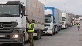 Kierowcy ciężarówek stoją nawet w kilkugodzinnych korkach.