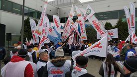 """Członkowie """"Solidarności"""" przyjechali z całej Polski przed siedzibę Castoramy."""