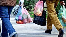 Po fali zakupów na zapas sklepy mają mniejsze obroty.