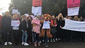 Młodzież protestuje przeciwko zwolnieniu dyrektora Henryka Zacharuka.