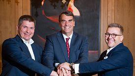 Na zdjęciu Marcin Hejka (z lewej), Tim Draper oraz Adam Niewiński (z prawej)