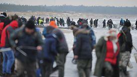 Bursztynu na plaży w Gdańsku Sobieszewie szukają amatorzy i zawodowcy