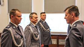 Wręczenie rozkazów policjantom przez pełniącego obowiązki Komendanta Wojewódzkiego Policji we Wrocławiu insp. Dariusza Wesołowskiego.