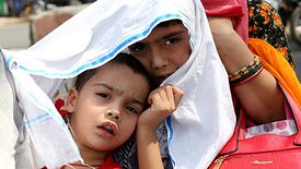 Indie, 6 czerwca 2019 r. Dzieci chronią się przed upałem, bo słupki rtęci przekroczyły 46 stopni Celsjusza. I to wcale nie rekord.
