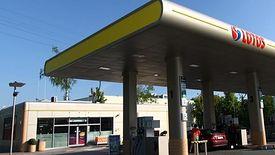 Sklepy przy stacjach paliw zyskały na zakazie handlu.