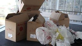 Góra śmieci, która została po zakupach online.