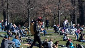 Koronawirus w Niemczech. Mieszkańcy gromadzą się w parkach