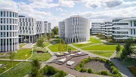 Business Garden posiada certyfikat LEED Platinum. Kompleks jest wyposażony w energooszczędny system oświetlenia i wentylacji oraz system gospodarowania wodą deszczową