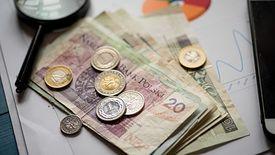 Zarobki, porównując z ubiegłym rokiem, są coraz wyższe.