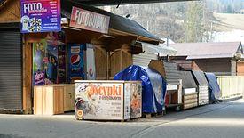 Turystyka jest jedną z tych branż, które już odczuwają skutki epidemii koronawirusa. Na zdjęciu: zamknięte targowisk w Zakopanem.
