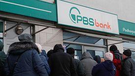 Problemy banku PBS sprawiły, że pod placówkami zbierały się kolejki klientów.