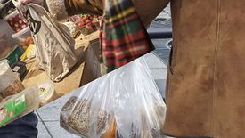 To nie tylko ekologiczne, ale i finansowo opłacalne - foliowe torby warto zastąpić płóciennymi.