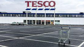 Tesco zamknie nie tylko sklepy, ale także centra dystrybucji, a nawet odchudzi główne biuro w Polsce.