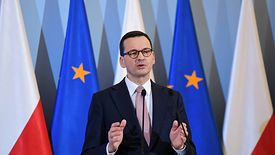 """Premier Mateusz Morawiecki podczas poniedziałkowej konferencji podkreślał, że """"Lot do domu"""" jest największą akcją logistyczną od wielu lat"""