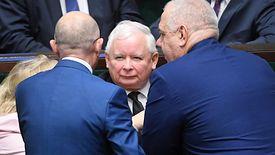 Partia Jarosława Kaczyńskiego obiecała wielomilionowe programy socjalne, których realizacji teraz nie może odkładać