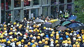 Prezes linii lotniczych z Hongkongu odchodzi po fali antyrządowych protestów.