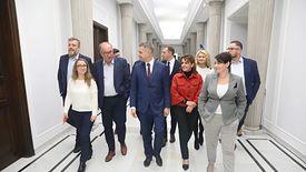 Posłowie klubu parlamentarnego Lewica na sejmowym korytarzu