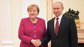 Angela Merkel spotkała się z Władimirem Putinem i nie szczędziła Rosji ciepłych słów.