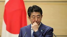 Premier Shinzo Abe ma powody do zmartwień.