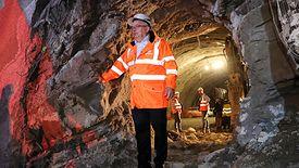 Minister infrastruktury Andrzej Adamczyk w tunelu drążonym na zakopiance.