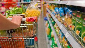kosz z żywnością w supermarkecie
