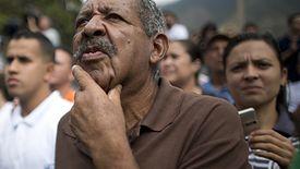 Wenezuelczycy słuchają przemówienia Juana Guaido, który ogłosił się prezydentem kraju