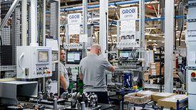 Wiele firm z powodu niedoboru pracowników musi sięgać na przykład po pracowników z Azji