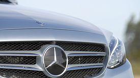 Właściciel marki Mercedes-Benz odnotował spadek zysków.