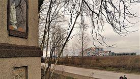 Kompleks parku wodnego widziany z perspektywy wsi Wręcza