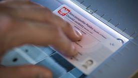 Pozostawiony bez kontroli dokument lub co gorsza – skopiowany może posłużyć złodziejowi do kradzieży tożsamości i zaciągnięcia kredytu na nasze dane.