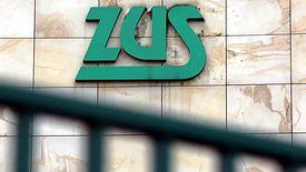 Niezbędne do otrzymania zwolnienia z obowiązku opłacania składek ZUS jest złożenie odpowiedniego wniosku. Można to zrobić elektronicznie za pomocą PUE ZUS, wysyłając go pocztą lub osobiście w placówce ZUS.
