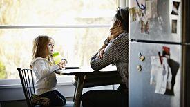 Rodzice dzieci do lat 8 muszą poczekać na tarczę 4.0, która przywróci im prawo do dodatkowego zasiłku opiekuńczego.