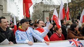 Polacy do kraju wysyłają miliardy złotych zarobione na Wyspach