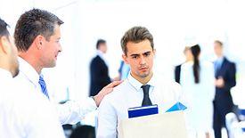 Odejście z pracy może się wiązać ze zwolnieniem przez pracodawcę lub wypowiedzeniem umowy przez pracownika