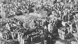 Tak wyglądała Warszawa po wojnie. Pieniądze zamiast do Polski trafiły do ZSRR.