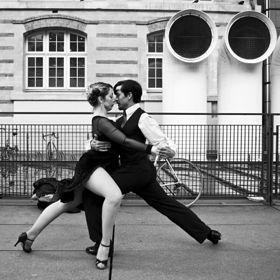 Cztery wesołe nogi i dwie smutne twarze, czyli dlaczego ludzie kochają tango