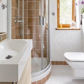 Maleńka łazienka dla całej rodziny? 8 trików na to, jak ją urządzić, by optycznie powiększyć pomieszczenie