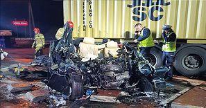 Koszmarny wypadek pod Radomiem. Samochód był całkowicie zgnieciony
