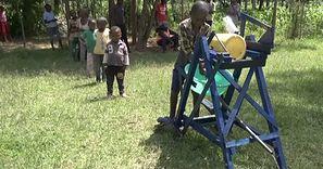 9-latek z Kenii stworzył maszynę do mycia rąk. Dostał nagrodę od prezydenta