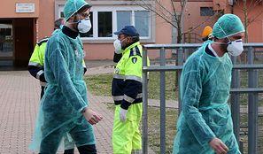 Koronawirus we Włoszech. Piąta ofiara śmiertelna. Pustoszeją półki w sklepach