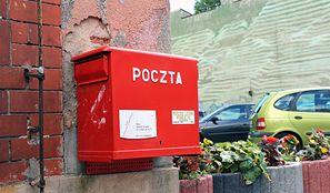 """Poczta Polska tnie etaty. Firma szykuje plan """"dobrowolnych odejść"""" dla pracowników"""
