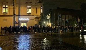 Koronawirus. Obostrzenia obostrzeniami, a Polacy chcą się bawić. Kolejka gigant do krakowskiego klubu