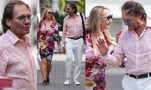 Żona Hollywood bez stanika i z mężem przechadza się po Warszawie