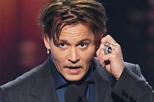 """Menedżerka Johnny'ego Deppa: """"Skończył się jako aktor! Dyktują mu tekst roli przez słuchawkę w uchu"""""""