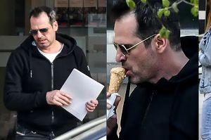 Paweł Deląg zajada loda w białym BMW wartym pół miliona złotych