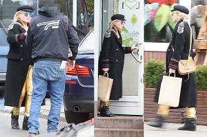 Monika Olejnik w złotych spodniach zajada samotnie lunch