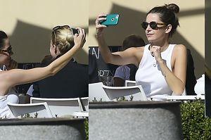 Więdłocha uczy się perfekcyjnego selfie na obiedzie z przyjaciółką