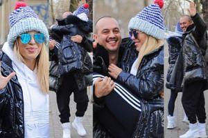 Mąż Chodakowskiej w kurtce z worka na śmieci nosi żonę na rękach (ZDJĘCIA)